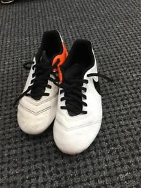 Boys Nike football shoes in great condition (size 4.5uk)