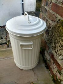 Garden bin, retro look. Could also be used in the kitchen