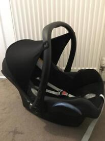 Maxi cosy car seat with hood