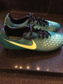 nike men's football boots size 10