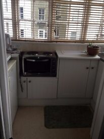 SB Lets are delighted to offer this great sized studio flat with separate kitchen in Brighton.