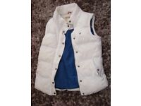 Girls white padded gilet/bodywarmer with pockets. Navy inside with zip & poppers. Great condition