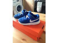 Size 5.5 Nike roshe runs