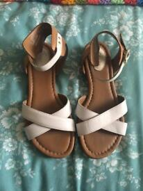 WHITE LEATHER CLARKS SANDALS SIZE 4