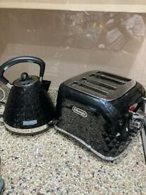 Black De'Longhi 4 slice Toaster and matching Kettle