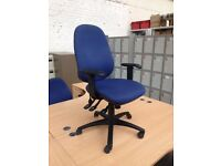 BLUE FABRIC OFFICE SWIVEL CHAIR, MULTI ADJUSTABLE SEAT, ARMS & INFLATABLE BACK