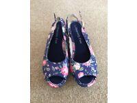Heavenly Feet Flower Summer Shoes size 5 Never Worn
