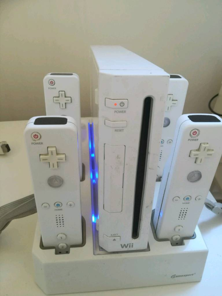 Wii, 4 controller and 8 games
