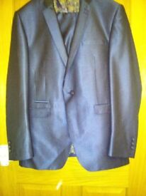 Gents single breasted Italian design suit. Immaculate condition. Genuine bargain at £30