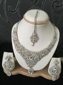Sliver necklace set with tikki