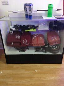 Glass retail unit with shelf