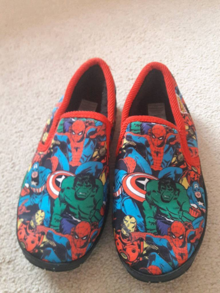 Boys Marvel super heroes slippers size 12-13