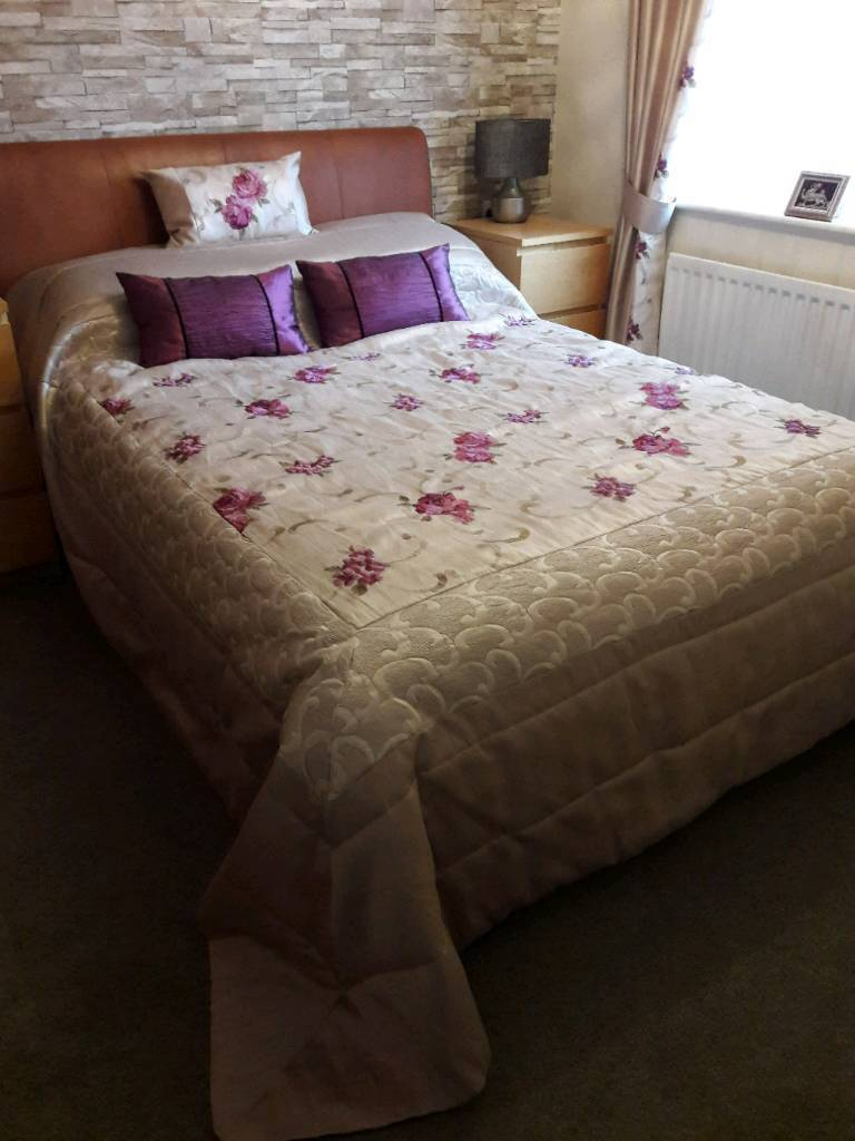 dunelm king size bedspread and matching curtains and. Black Bedroom Furniture Sets. Home Design Ideas