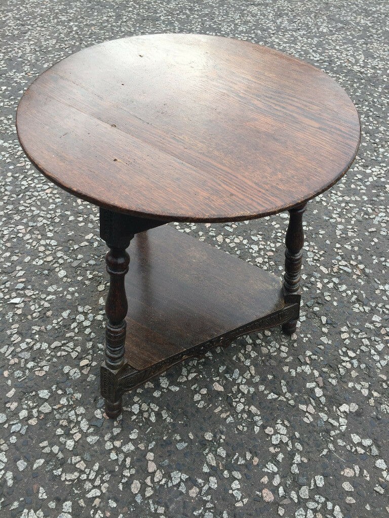 Oak Side Table , in good condition. Size Top Diameter 21in height 24in.