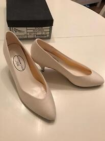 Brand New Vintage Women Silk Shoes--Ivory (Size5.5)