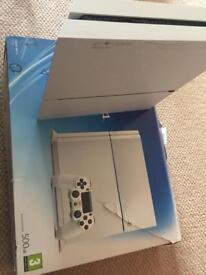 PS4 GLACIER WHITE 3 CONTROLLERS 8 GAMES
