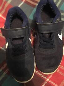Kids Nike trainers size 10 £5