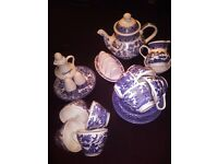 Churchil willow pattern tea set teapot, toast rack and cruet set, plus four extra cups and a plate