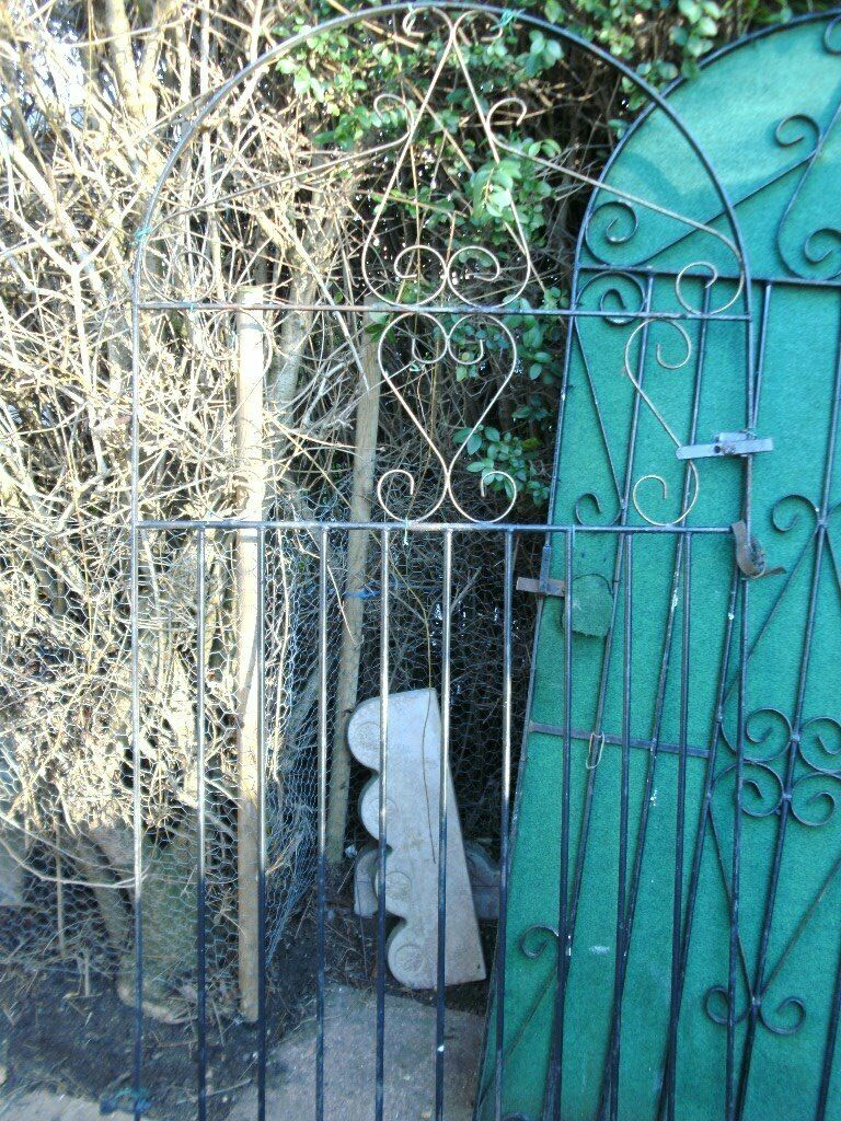 HINGES AND HANDLE GARDEN GATE WITH ARCH