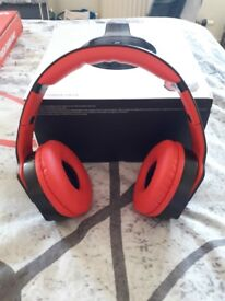 Monarch wireless head phones with twost out speaker .amasing head phones that turn into a speaker