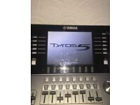 Tyros 5 with speakers