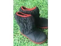 Snow boots crocs childs small S9