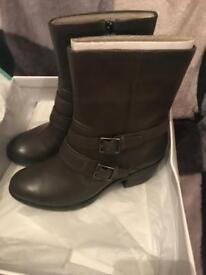 Lovely Clarks Boots Size 7d grey 100% leather brand new