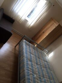 Large double room available in Elephant &Castle (SE1)*All Bills Inc.*
