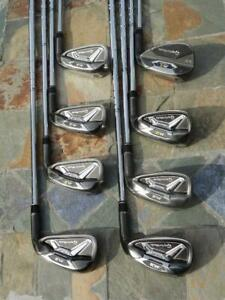 UN EXCELLENT SET DE 8 FERS TAYLOR MADE M2 TOUR DANS UNE CONDITION IMPECCABLE, DU 5 AU SAND, TIGES EN ACIER XP95 S300