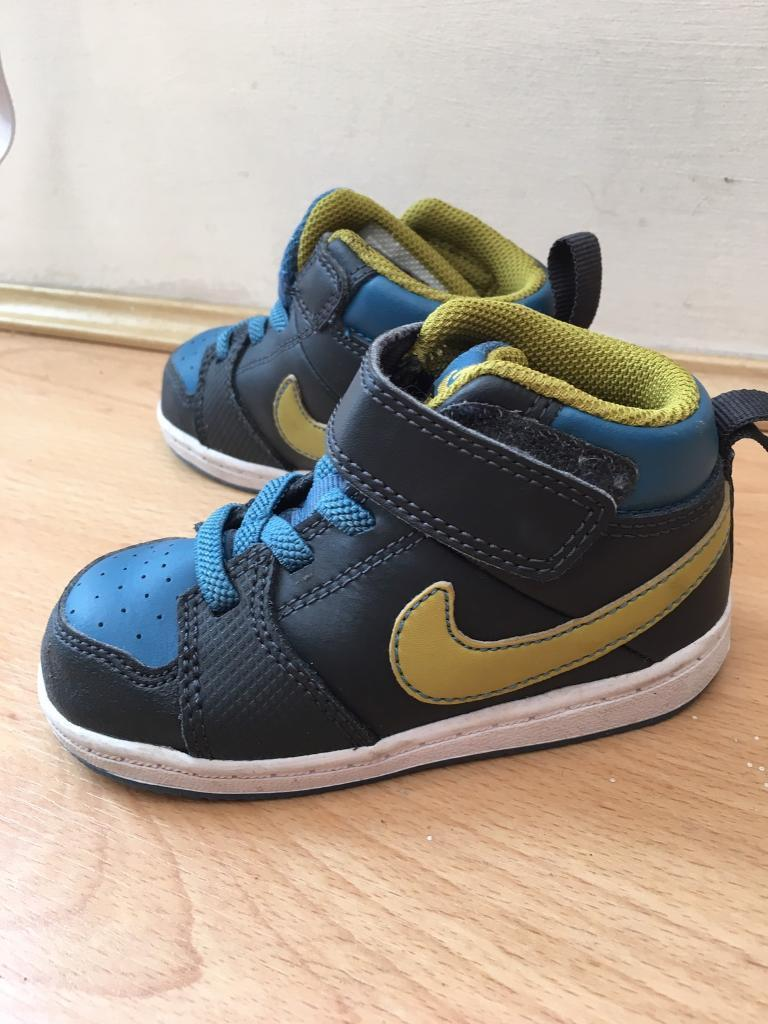 Nike kids boys girls shoes boots like new size 6