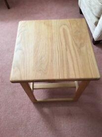 oak finish side/lamp table