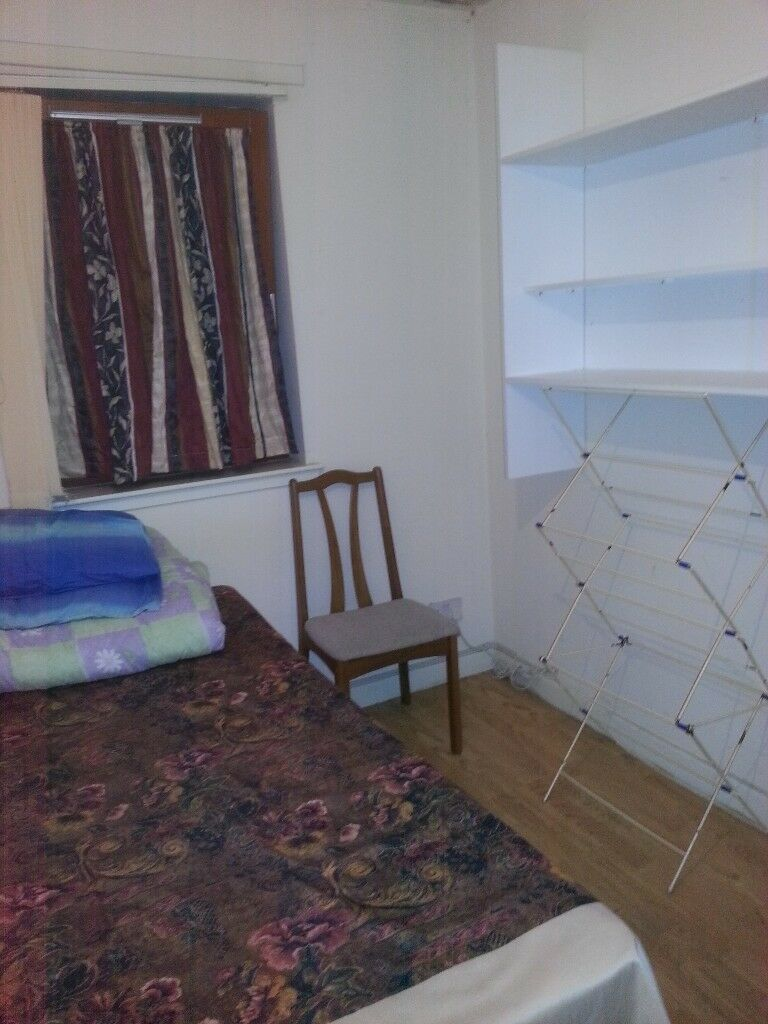 FURNISHED ROOM IMMEDIATELY AVAILABLE TO LET IN A FULLY FURNISHED FLAT