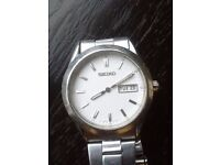 Classic gent SEIKO wrist-watch. Battery powered, stainless steel, water resistant. Date/day window.