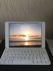 IPAD Mini, 16GB, WIFI, White, with box, cover and Bluetooth keyboard, looks new!!