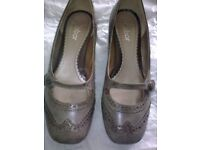 LOVELY LADIES GABOR TAUPE LEATHER BROGUE LOOK COURT SHOES, UK SIZE 5, EURO 38 (ONLY WORN TWICE)