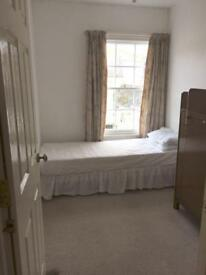 Single room in bright and airy flat. Bills included