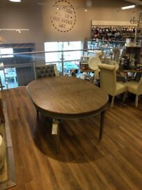 Sturdy extendable dining table, seats 4-6 people (8 at a push) with screw in table legs!