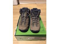 WOMEN'S HI-TEC WALKING BOOTS (size 5)