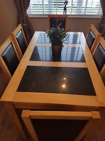 Fantastic condition - Dining room table with 6 chairs