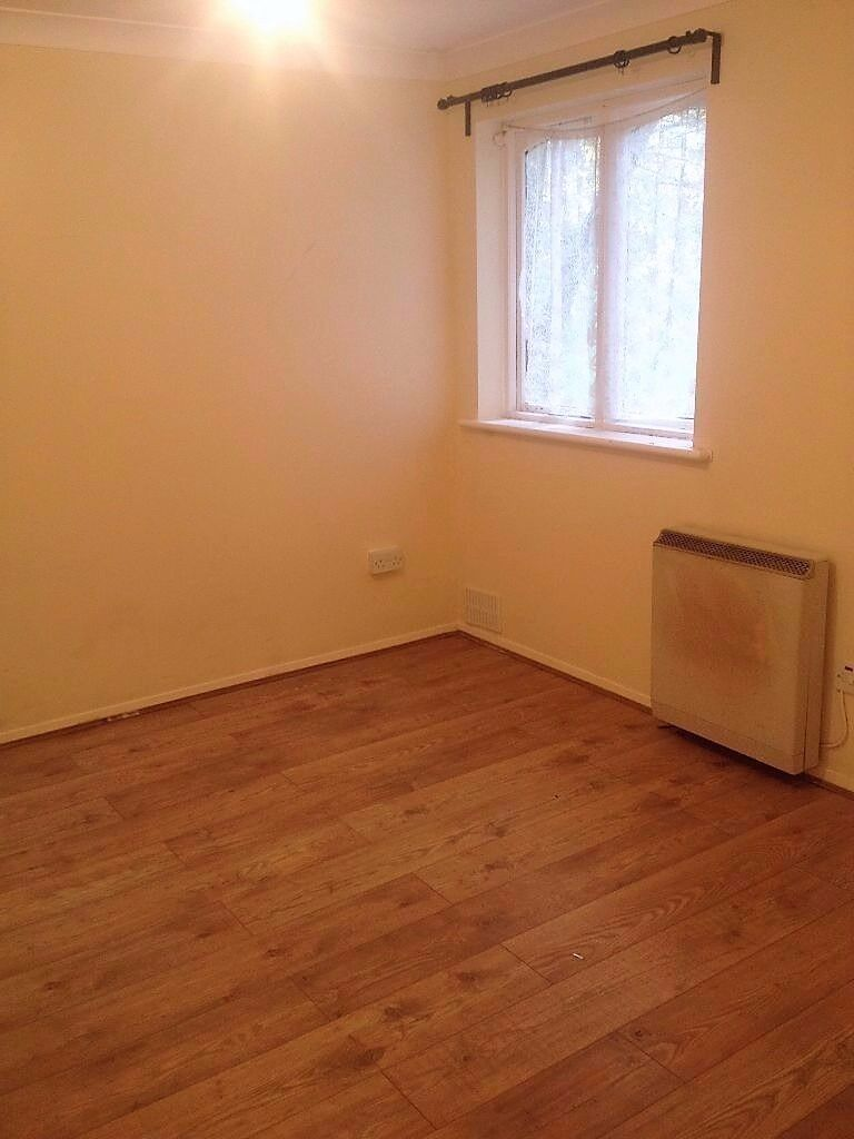 2 BEDROOM GROUND FLOOR FLAT IN CHADWELL HEATH. £1100PCM LESS THAN 8MINS WALK TO STATION.