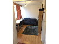 Double room in a house, 10min walk to Sourthfield Station *** no extra ***