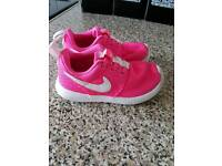 Beautiful roshe nike pink infants trainers