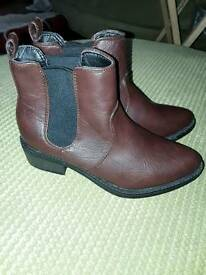 Brand new brown boots size 5