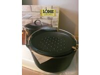 Cast iron Dutch oven with bail handle