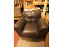 SINGLE BROWN LEATHER ARMCHAIR IN IMMACULATE CONDITION