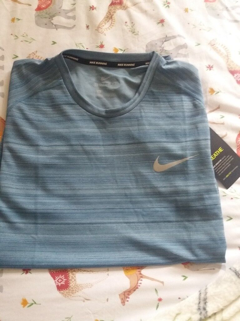 ed797e52194a6 Mens Nike running top size small new with tags