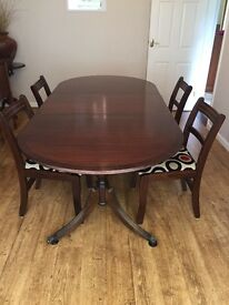 Pretty dinning table and 6 Chairs