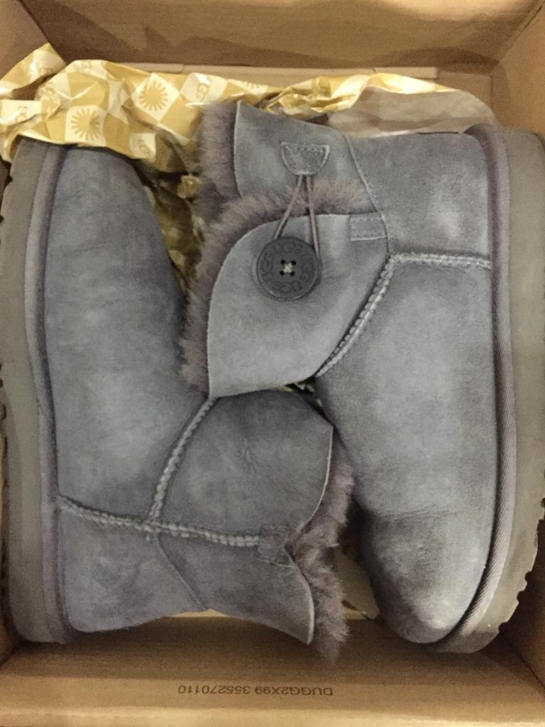 GENUINE UGG BOOTS MINI HARDLY WARN WITH CARE KIT