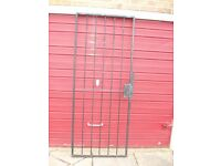 security gate complete with hinges / lock and 1 key