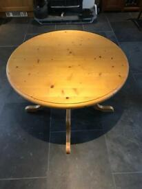 Extendable solid pine table